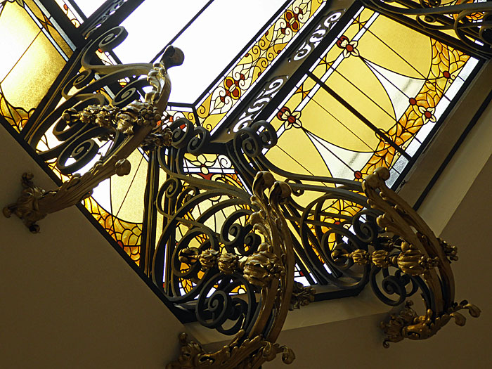 Foto van bovenlicht met fraai gekrulde versiering
