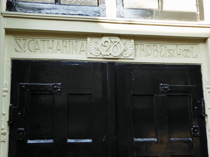 Foto van uitgesneden naam van fröbelschool boven deur