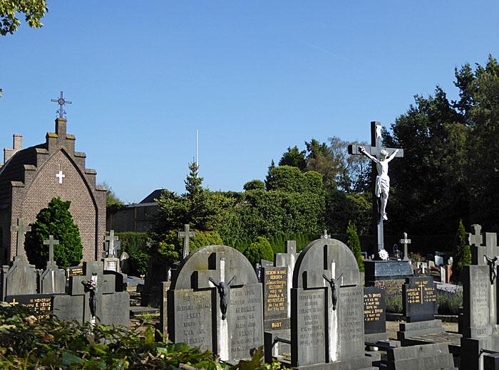 Foto ban kapel, kruisbeeld en graven