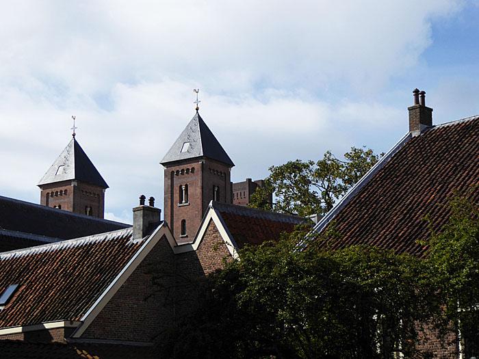 Foto van divers edaken en twee torens