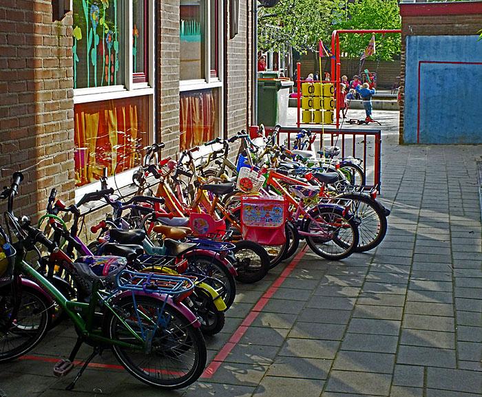 Foto van kinderfietsen bij school