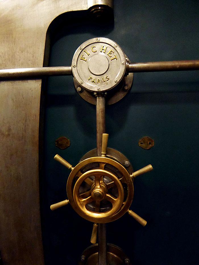 Foto van detail van kluisdeur met naam maker