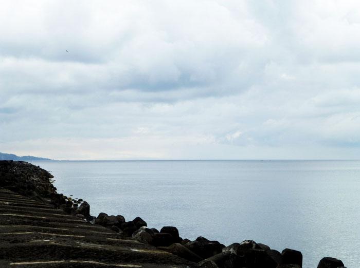Foto van lavakust, oceaan en wolkendek