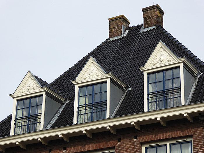 Foto van dak met drie dakkapellen
