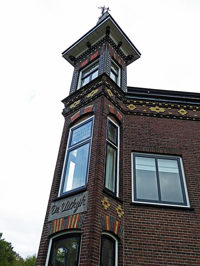 Foto van toren aan hoek van woning