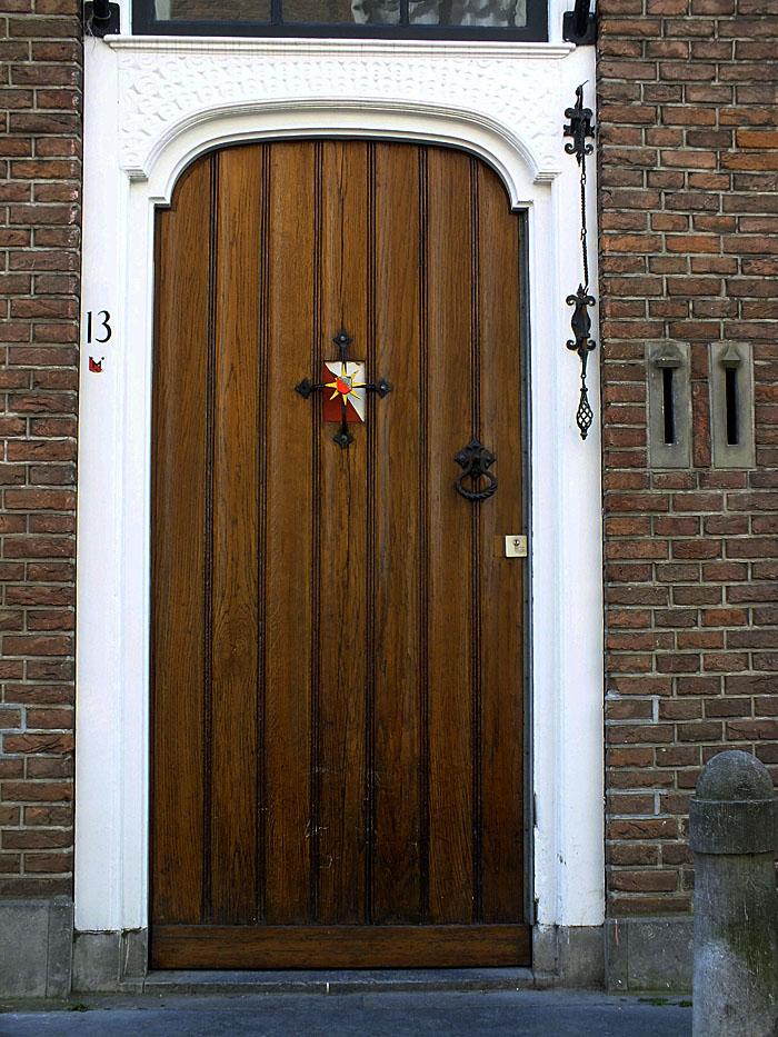 Foto van bruine deur met wapen van Utrecht