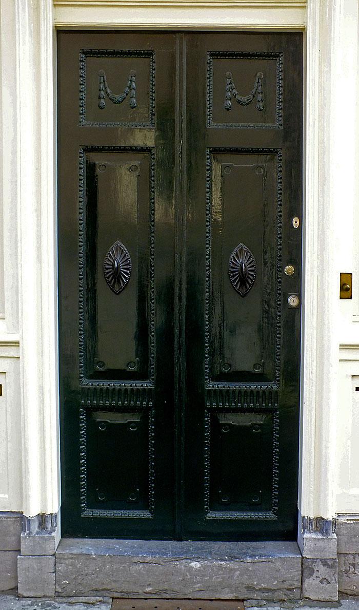 Foto van fraaie, donkergroene deur