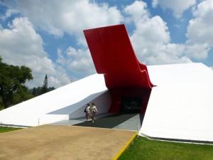 Foto van ingang theater met gebogen rode luifel