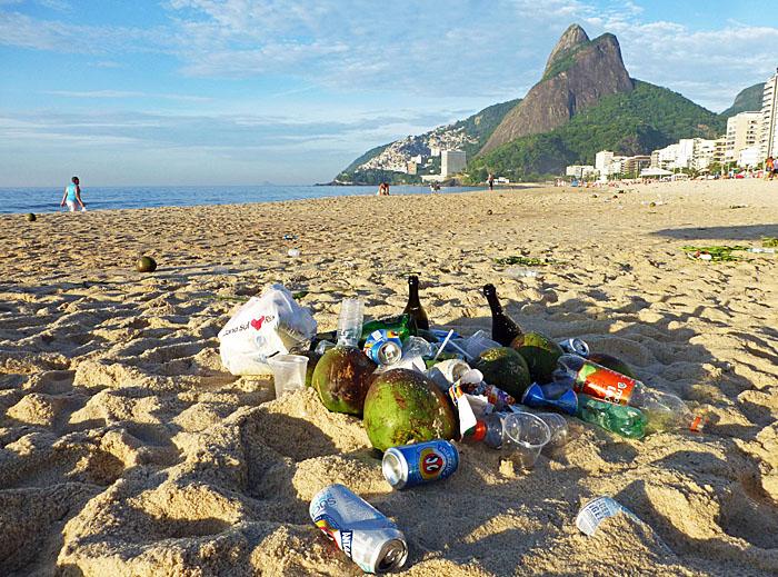 Foto van restanten van feest op het strand van Rio