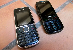 Foto van twee oude mobieltjes