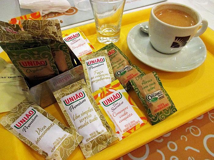 Foto  van kopje koffie en suikerzakjes