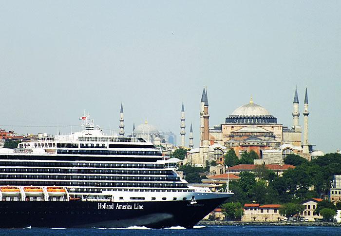 Foto van cruiseschip voor moskee Istanbul