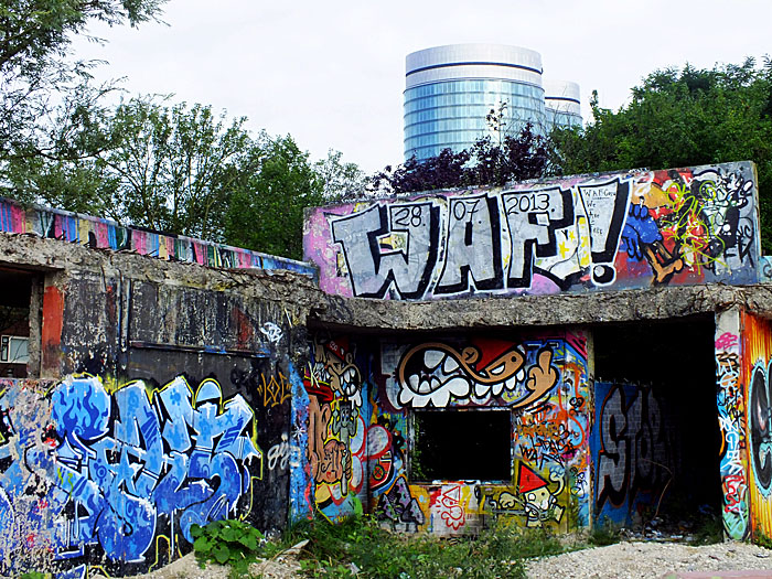 Foto van graffiti met tekst: Waf!