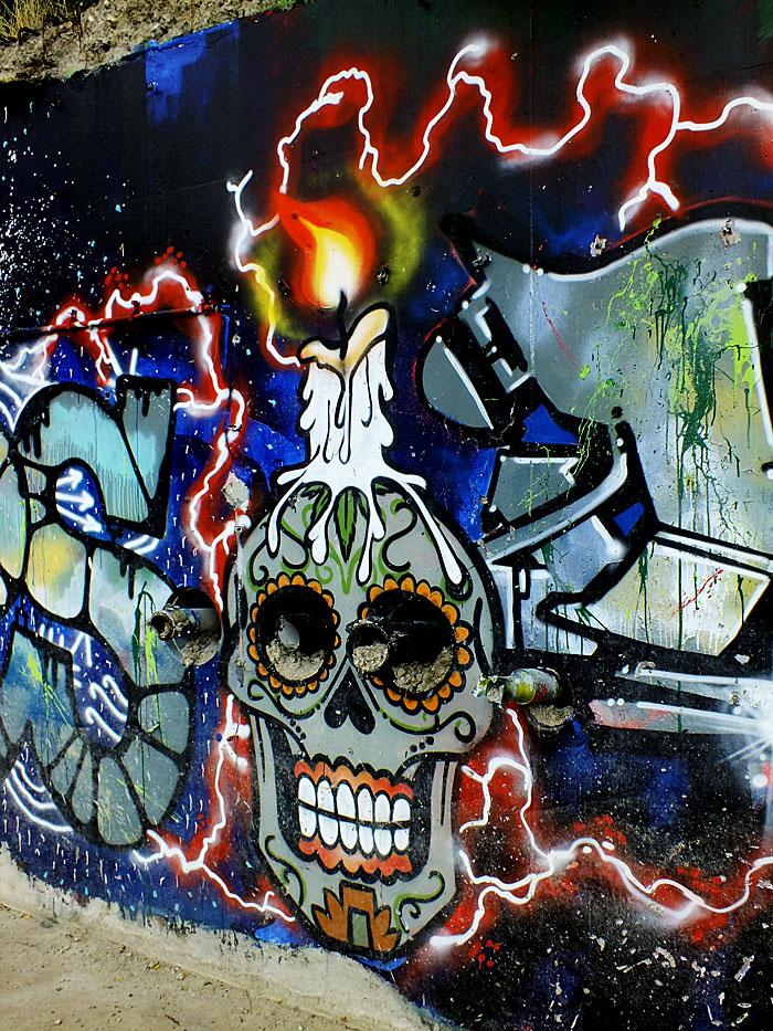 Foto van geschilderd doodshoofd met kaars op kop