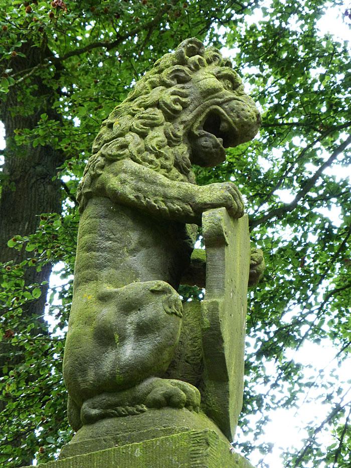 Foto van leeuw met wapenschild