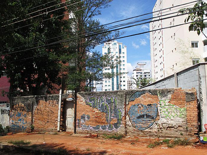 Foto van muur met graffiti en torenflats