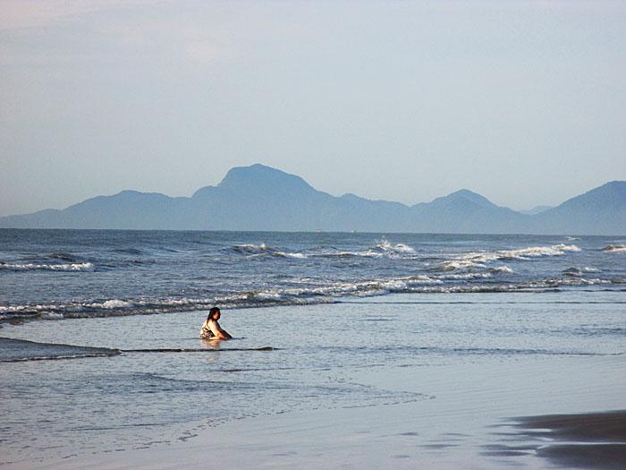 Foto van vrouw zittend in zee