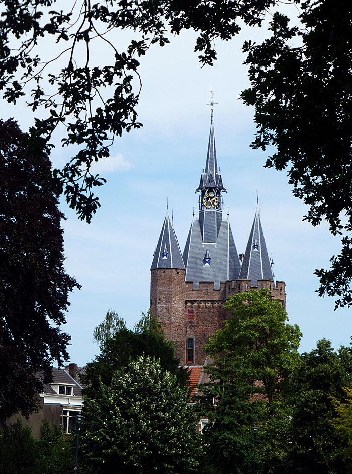 Foto van doorkijkje naar de Sassenpoort van Zwolle