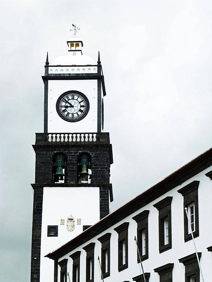 Foto van kerktoren met klok