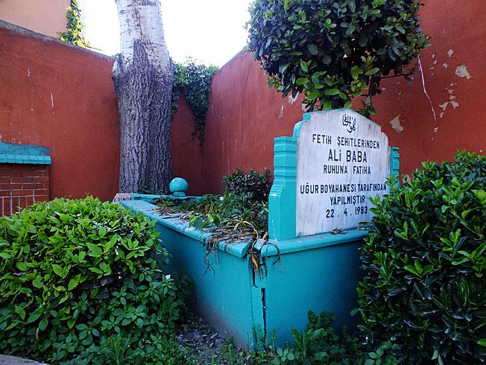 Foto van een graf langs de straat