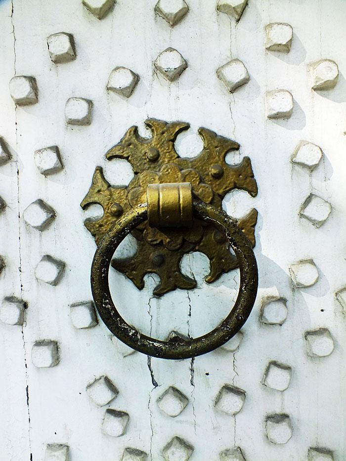 Foto van metalen deurklopper op witte deur