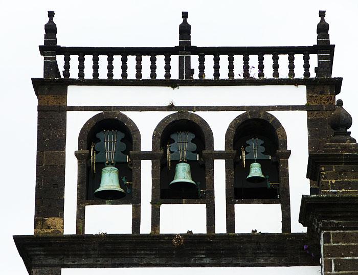 Foto van drie kerkklokken