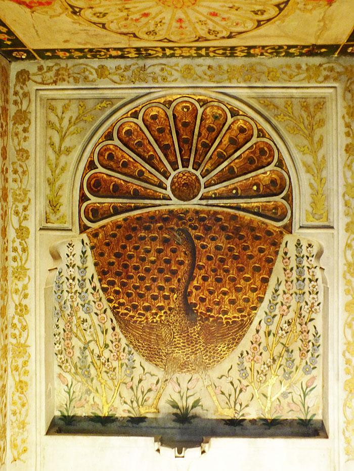 Foto van fontein met afbeelding van pauw