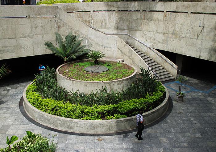 Foto van verzonken plein met ronde groenvoorziening