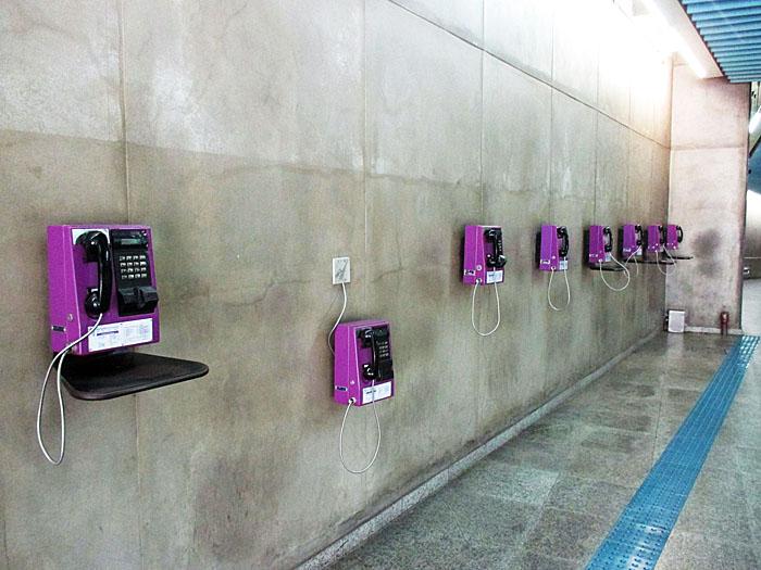Foto van paarse telefoons aan muur