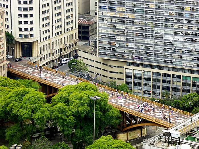 Foto van viaduct tussen gebouwen