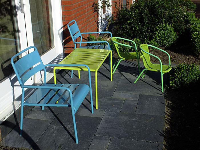 Foto van zitje met groene en blauwe stoeltjes