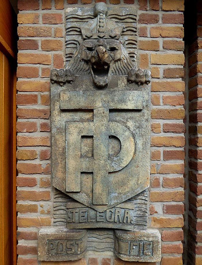 Foto van gevelsteen met leeuw en letters PT