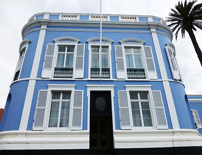 Foto van blauw gebouw