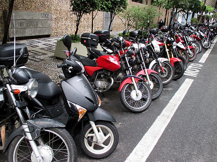 Foto van rij geparkeerde motoren