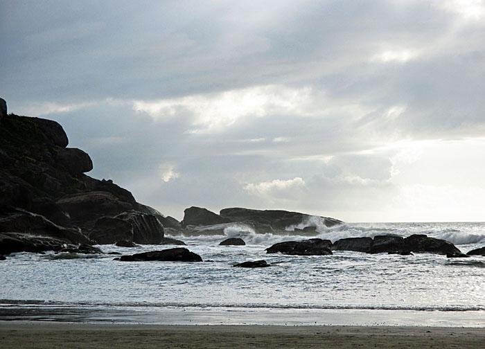 Foto van rotsen, zee en wolkenlucht