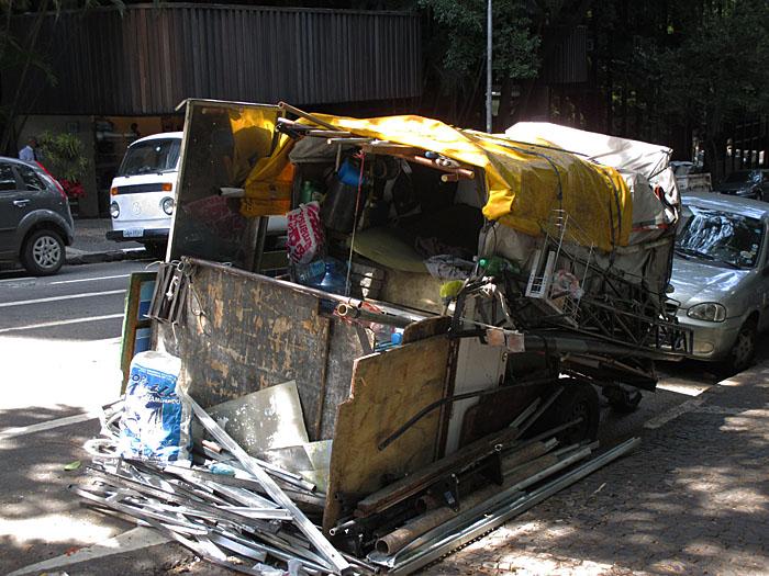 Foto van kar met spullen (afval)