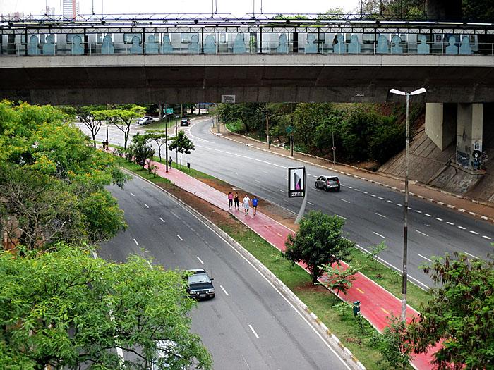 Foto van avenida met weg met fietsstroken en metrostation