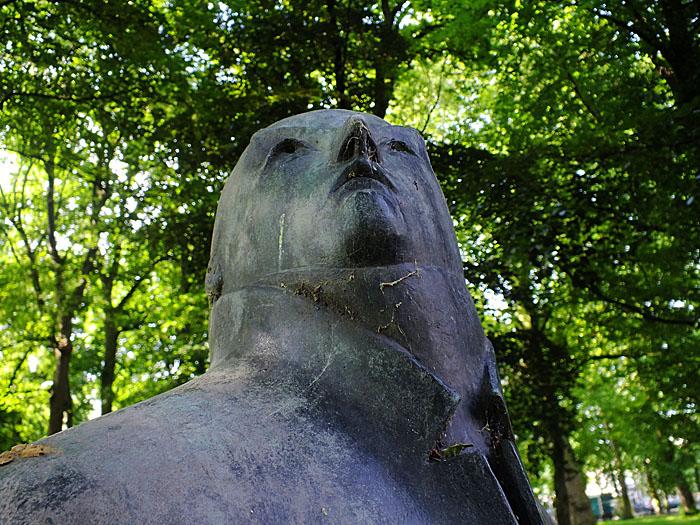 Foto van standbeeld van omhoog kijkende heer