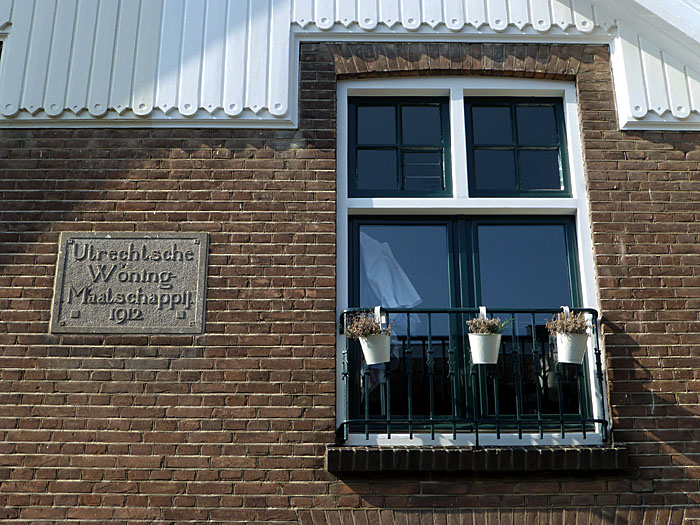 Foto van venster en gevelsteen