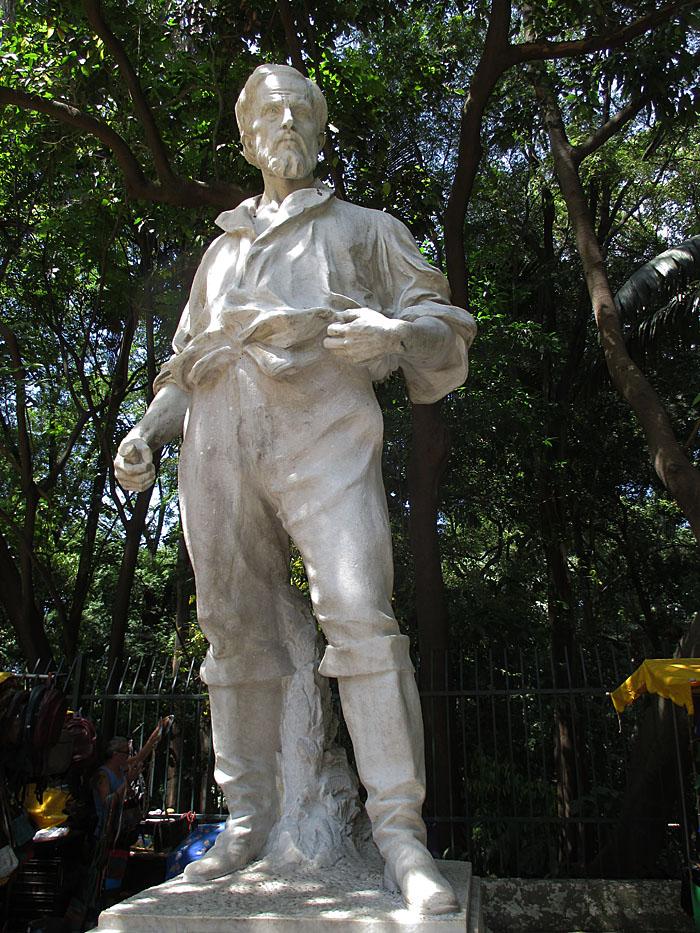 Foto van standbeeld van stoere man