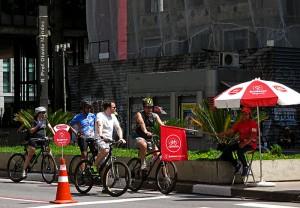 Foto van fietsen die stoppen voor vlag