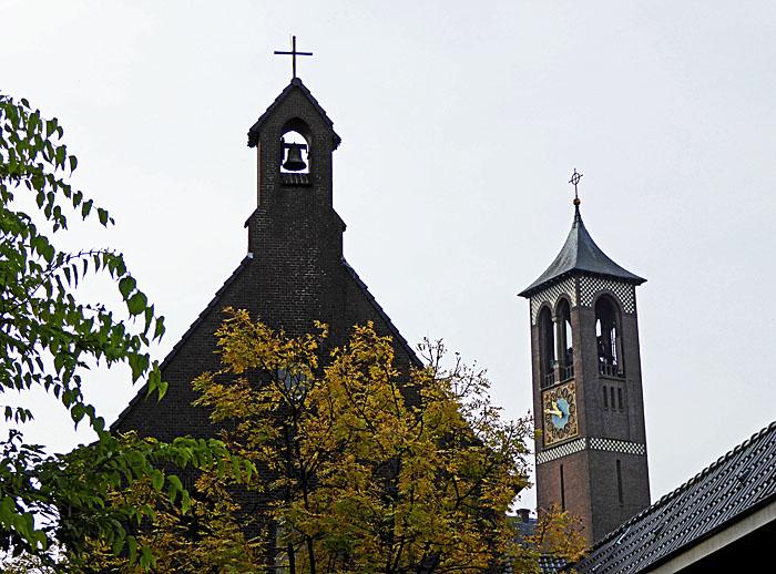 Foto van kerkje en toren van andere kerk