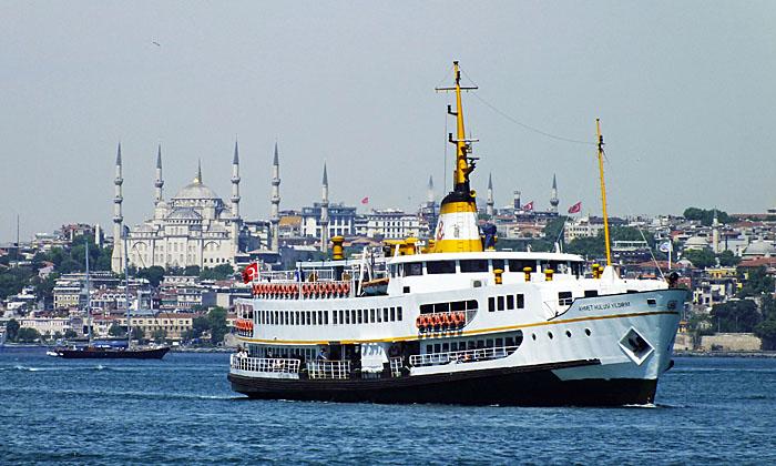 Foto van boot, moskee op achtergrond