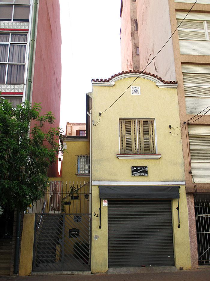 Foto van laag huis tussen hoogbouw