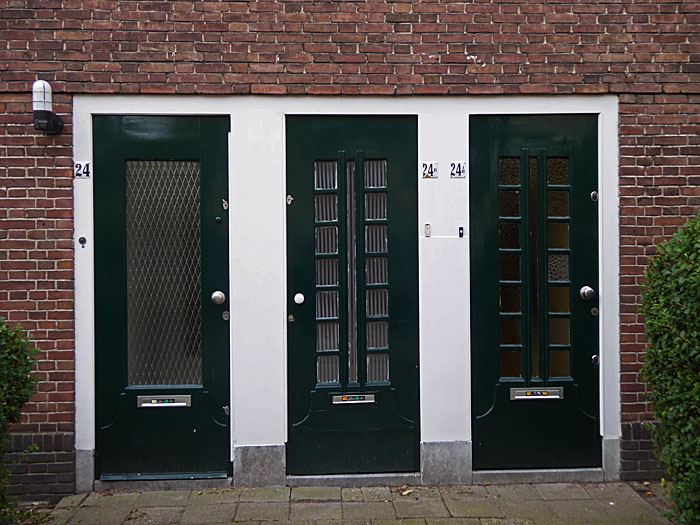 Foto van drie voordeuren naast elkaar