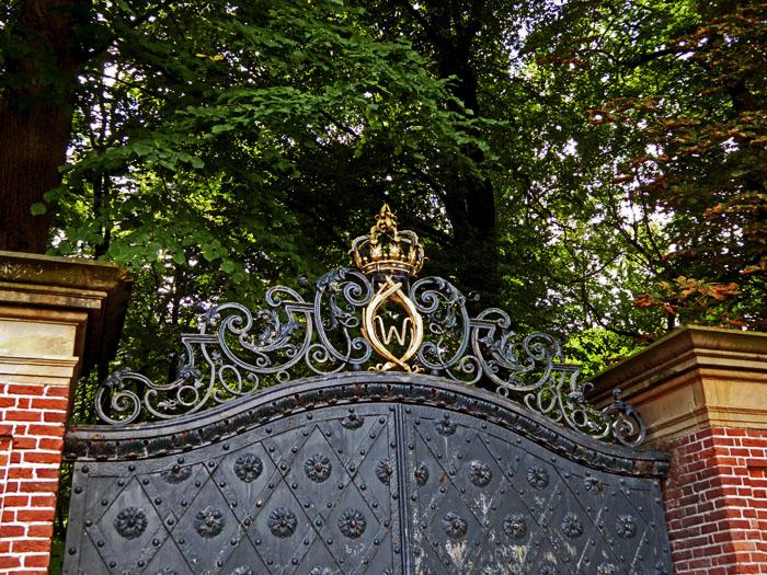 Foto van bovenkant van metalen poort van park
