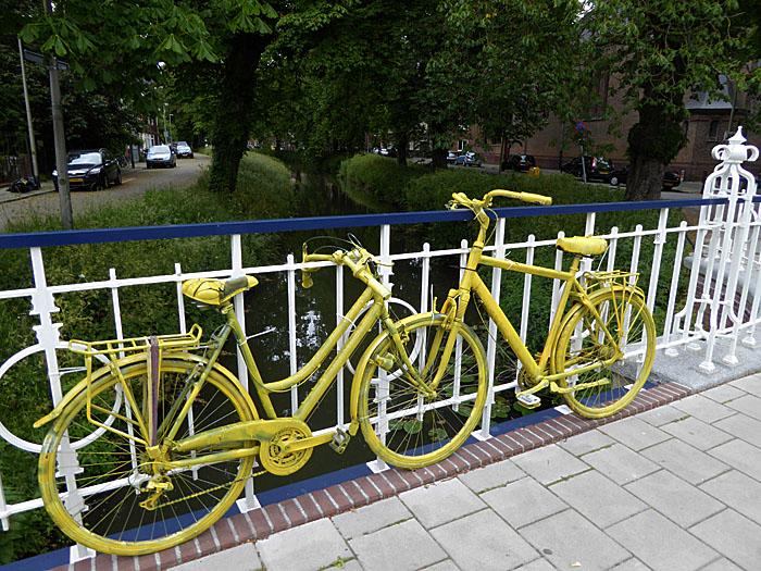 Foto van gele fietsen op een brug