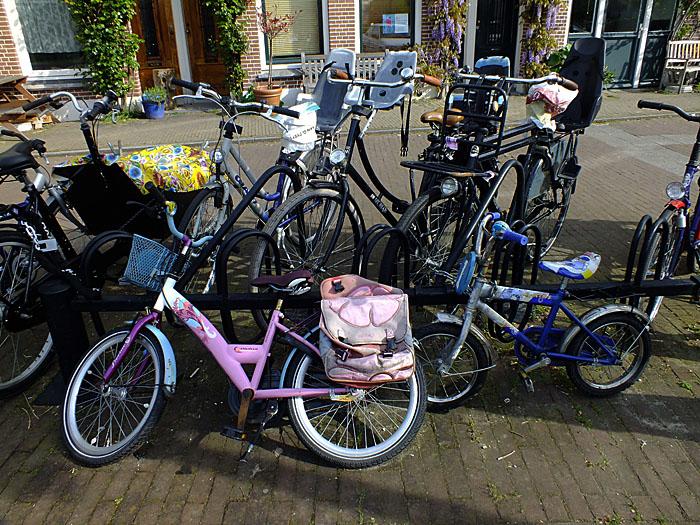 Foto van fietsen en kinderfietsen