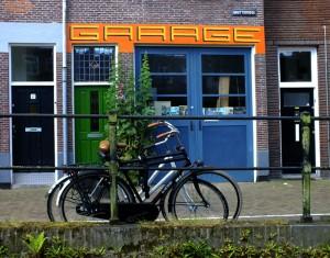 Foto van fietsen voor pand met opschrift 'Garage'