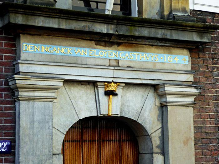 Foto van bovenkant van monumentale deur